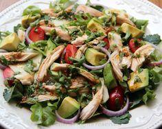 Receta fácil y rápida para una ensalada de verduras y pollo preparada con carne de pollo o gallina, lechuga, aguacate, tomate, pepino, cebolla, y con aderezo de vinagre balsámico y cilantro.