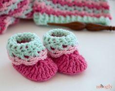 Loopy Love Newborn Baby Booties - free #crochet pattern from Mooglyblog.com ♥