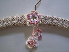 Annasimplecrochet Plastic Bag Holders, Plastic Hangers, Diy Hangers, Crochet Coat, Crochet Baby, Belt Hanger, Craft Stalls, Crochet World, Crochet Accessories