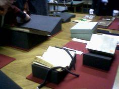 Bücher zum Anfassen - aber nur mit Handschuhen!