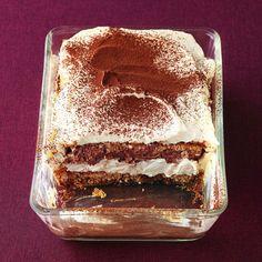 Ein weihnachtliches Dessert, das es in sich hat: Der selbstgebackene Lebkuchen wird mit Glühwein getränkt und einer Vanille-Mascarpone-Sahne eingeschi...