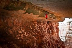 "Two brits ""climb"" this crack in Canyonlands. Story courtesy of la Repubblica is in Italian but I think you get the point."