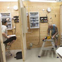 Sähkö- ja automaatiotekniikan perustutkinnon sähkö- ja automaatioasennuksen näyttö. Vasemmalla opiskelija testaa vikavirtasuojakytkintä, oikealla menossa käyttöönottotarkastus. #perustutkinto #näyttötutkinto #sähkötekniikka #automaatiotekniikka #vikavirtasuojakytkin #käyttöönottotarkastus