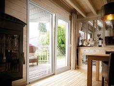 Baie PVC oscillo coulissant SWAO.  Confort thermique et isolation acoustique. Une fenêtre coulissante aux grandes dimensions, aux qualités thermiques et acoustiques performantes, liées à la fenêtre à frappe. Le principe de l'oscillo-coulissant : le vantail principal se déporte devant la partie fixe.