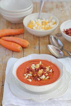 Salmorejo de zanahorias  1 kg de tomates, 4zanahorias (250 g limpias) 1 diente de ajo, sal, vinagre de manzana aceite de oliva virgen extra, 2 huevos, 4 lonchas de jamón serrano