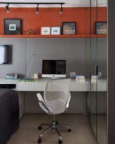 Que tal adicionar uma única prateleira laranja em meio a decoração cinza? Solução descolada da arquiteta Juliana Pippi (@julianapippi) para o quarto de um jovem adolescente. #casavogue #decoração