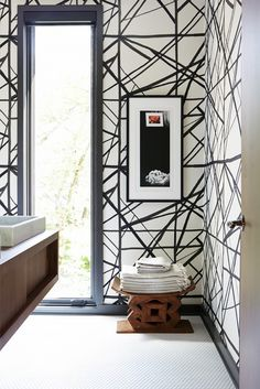 Black and white wallpaper in bathroom / pattrn / interior decor / decoration / walls design Graphic Wallpaper, Paper Wallpaper, Bathroom Wallpaper, Modern Wallpaper, Geometric Wallpaper, Print Wallpaper, Industrial Wallpaper, Wallpaper Ideas, Kelly Wearstler Wallpaper