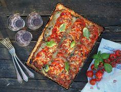 Juustoinen tomaattipiirakka on herkullinen vappu- tai äitienpäivätarjottava. Se on helppo ottaa mukaan vaikka piknikille. Nappaa ohje Himahellasta.