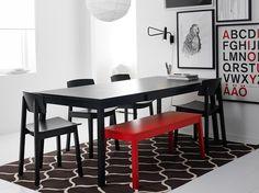 Mesa extensible TRANETORP negra para 4-6 personas con banco SIGURD rojo y sillas negras