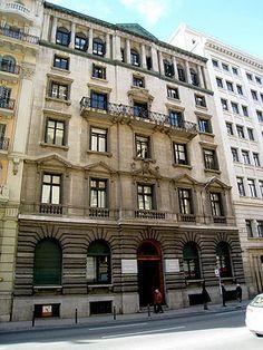 Casal del METGE. Edifici de pisos entre medianeres, va començar a construir-se el gener de 1931. El juliol de 1932 ja hi va tenir lloc la primera assemblea de l'associació, tot i que l'acte d'inauguració es va fer el 10 de desembre següent. El seu estil, dins els paràmetres conceptuals del noucentisme, fa servir un llenguatge netament classicista de referències florentines. La façana, simètrica, té un eix vertical central, lleugerament sobresortit.