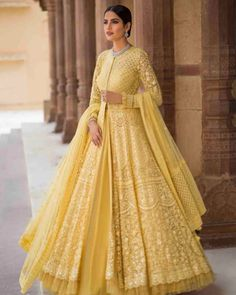 Beautiful Embroidered Anarkali Jacket Gown with beautiful Lehenga skirt. Lindo bordado Anarkali Jacket vestido com linda saia Lehenga. Indian Wedding Gowns, Indian Bridal Outfits, Indian Gowns Dresses, Pakistani Bridal Dresses, Pakistani Dress Design, Indian Designer Outfits, Designer Dresses, Bridal Anarkali Suits, Net Dresses