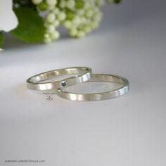 .  Elegante 585/000 Weißgold  Eheringe / Trauringe / Partnerringe, für die Braut mit einem eingearbeiteten Brillant in sky blue (leuchtend blau). Die Oberfläche ist strichmatt.  Die Ringe sind...
