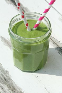 Een groene smoothie met spinazie, avocado en banaan om de vitamine tekorten van een druk weekend te compenseren. Toegankelijke smoothie op www.lekkeretenmetlinda.nl