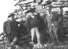 Una rara immagine di Emilio Lussu (al centro) in posa presso un nuraghe con Lilliu.