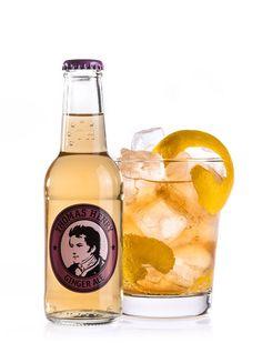 Der Horse's Neck ist der klassische Drink mit Ginger Ale. Seinen Namen erhielt der Horse's Neck durch die leger am Glasrand hängende Zitronenschale, die geschwungen wie ein Pferdehals den Longdrink verziert.