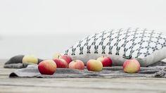 Tällaisina aamuinakannattaa kerätä ne viimeiset omenat puutarhasta (tai lähikaupan hyllystä) ja suunnata aamupalalle vaikkapa meren rantaan.Pieni tarjotin on