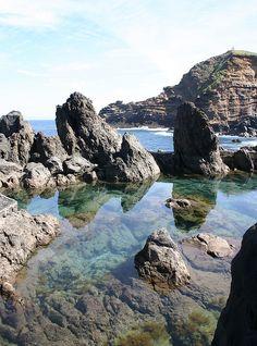 Rock Pools near Porto Moniz, Madeira by ahisgett, via Flickr | 10 de los mejores lugares naturales para un chapuzón original - via 101 Lugares increíbles | Piscinas naturales de Porto Moniz, Madeira - Portugal | En Portugal, un pequeño pueblo junto a la costa rocosa es famoso por sus piscinas naturales de aguas cristalinas. Las piscinas son perfectas para jornadas relajantes y darse una inmersión.