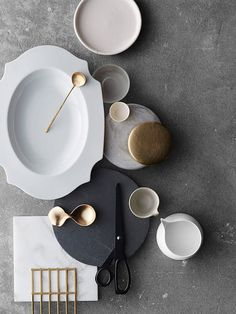 Modernes Geschirr und Besteck Modern crockery and cutlery Moodboard Interior, Material Board, Neutral Color Scheme, Colour Combo, Prop Styling, Decoration Table, Kitchenware, Ceramic Tableware, Glass Ceramic