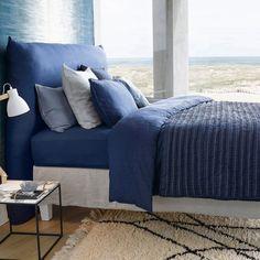 Du linge de lit indigo, AM.PM. On se laisserait bien aller à une grasse matinée dans ces jolis draps en lin bleu. On n'hésite pas à jouer sur l'accumulation de coussins en mixant les tons de bleu.