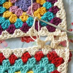 Crochet Granny Square Patterns seamless granny square join - crochet tutorial for beginners - Choose your favorite granny square joining method to join your granny square projects. 12 ways to join granny squares, 8 basic joints and 4 fancy joints. Joining Crochet Squares, Point Granny Au Crochet, Motifs Granny Square, Granny Square Projects, Granny Square Crochet Pattern, Crochet Stitches, Granny Square Tutorial, Blanket Crochet, Crocheted Blankets