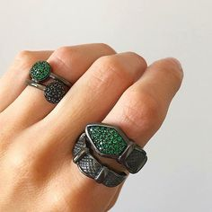 Sortija PKDO con textura de piel de dragón y espinela verde    #marinagarciajoyas #welovejewels