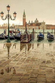 A rainy day in #Venice ! Isn't it amazing? Read more about the weather in Venice here: http://www.gowithoh.com/guide-venice/weather-in-venice/?sm&utm_source=pinterest&utm_medium=socialmedia&utm_campaign=info #GowithOh
