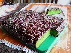 A minha irmã trouxe esta receita para os meus sobrinhos experimentarem e para ver se eles comiam alguns legumes...não lhes disse que era de espinafres e eles gostaram. A verdade é que é um bolo muito delicioso, e fica bem bonito. É um bolo que aparece na n...