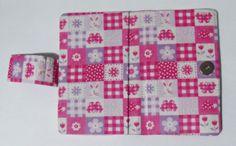 Case para celular, confeccionada com tecido estampado 100% algodão, com fecho de imã. Feita sob medida! #case #cartonagem #artesanato #feitoamão #ilsbelle
