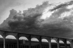 """Das curvas de Oscar Niemeyer à sinuosidade de Ruy Otahke, os clássicos monumentos de Brasília são registrados por oito fotógrafos brasilienses, exaltando suas formas e traçados na exposição Brasília - Monumento a Céu Aberto. Alexandre Perotto,Daniela Cadena,Diego Bresani,José Maria Palmieri,Joana França,Lula Lopes,Patrick Grosner eVitor Schietti integram a mostra que, no mês da fotografia, homenageia o...<br /><a class=""""more-link""""…"""