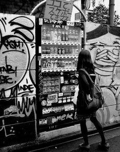 £μDΘ。К - vending machine at street