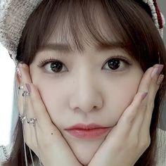 I lost my words, Sakura is getting more beautiful every day Kpop Girl Groups, Kpop Girls, K Pop, Cool Girl, My Girl, Sakura Miyawaki, Yu Jin, Best Kpop, Japanese Girl Group