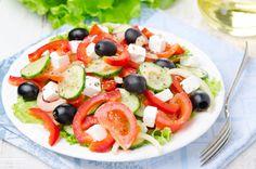 dia 1 Ensalada griega: 100 g tomate; 100 g de pepino; 75 g queso de Burgos (1 tarrina individual); 6 aceitunas negras; 1 cucharada postre de aceite de oliva; Sal, pimienta y albahaca