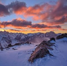 Sunrise in Mt Cook National park The weather forecast was pretty bad for that week end but we decided to go anyway. Convincing our self that we would get a good training out of it. Weather on Saturday was surprisingly good... but what was waiting for us on Sunday gave us more than what we asked for! This picture was taken on Sunday morning. What is does not show are the black clouds rushing towards us pushed by 70km/h winds. Tune in tomorrow as I will be showing what the way down looked…