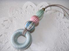 今回は、リングのウッドビーズに刺繍糸を巻き、玉の巻玉と組み合わせてタッセルにした作品のご紹介です。春らしい色合いでピンクを基調に制作いたしました。紐の部分はス...|ハンドメイド、手作り、手仕事品の通販・販売・購入ならCreema。