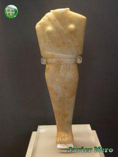 """CICLADICA TEMPRANA II (FASE KEROS-SYROS), 2800-2300 a. C. Estas figurillas femeninas pertenecen al tipo """"Syros Chalandriani"""", derivadas de la variedad """"Dokathismata"""". Su sello distintivo es la configuración lineal y los hombros anchos. La figura 27 tiene senos, pero la correa del arma, a través del cofre, el cinturón y la funda del pene extienden su masculinidad. DeIos y Syros. M.A.N. Atenas"""
