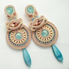 Soutache earrings TOTALLY HANDMADE with opal crystal and peach, rhinestone chains and pearl drop. Thread Jewellery, Fabric Jewelry, Beaded Jewelry, Handmade Necklaces, Handmade Jewelry, Soutache Tutorial, Bangle Bracelets With Charms, Soutache Earrings, Polymer Clay Charms