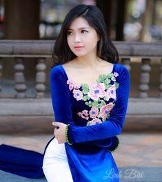 Áo dài thêu hoa đính pha lê vải nhung sang trọng với chất nhung dày ấm áp thích hợp với các ngày đông cho phái đẹp nét duyên rạng ngời cùng với đó là những nét sang kiều diễm.