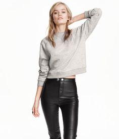 Melange sweatshirt with long raglan sleeves and ribbing at cuffs and hem. Soft, brushed inside.