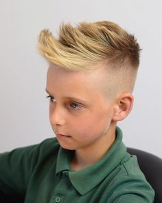 Layered Mo-Hawk - Best for slightly older boys around the middle school age, this hairstyle will stand out in a crowd. It's a short mohawk that's very dramatic and attention-grabbing. kinder Cool Haircuts for Kids for 2019 Back To School Haircuts, Trendy Boys Haircuts, Cool Hairstyles For Boys, Boy Haircuts Short, Toddler Boy Haircuts, Haircuts For Curly Hair, Haircut For Thick Hair, Boy Hairstyles, Haircut Styles For Boys