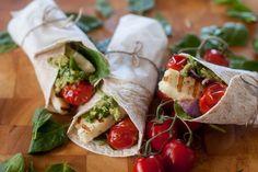Grillatut tomaatti-haloumiwrapit Halloumi, Feta, A Food, Mexican, Ethnic Recipes, Drink, Salads, Beverage, Mexicans