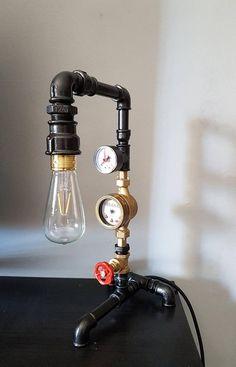 Guarda questo articolo nel mio negozio Etsy https://www.etsy.com/it/listing/554389545/lampada-da-tavolo-steampunk
