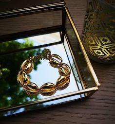 ✖️Mʏᴋᴏɴᴏꜱ Bʀᴀᴄᴇʟᴇᴛ ✖️ #charmme_gr #musthavebracelet #summerbracelets #shellbracelets #shelljewelery #jewelryaddict #bracelets #jewelrygram… Summer Bracelets, Jewelery, Shells, Frame, Instagram, Decor, Jewlery, Conch Shells, Picture Frame