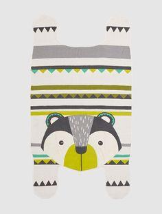 Ein zauberhafter und auffälliger Kinderzimmer-Teppich in Bären-Form in schönen Farben und starken Mustern. Besonders originell ist die Bären-Form des Teppichs für Kinder. Der Bärenteppich ist einfach ein toller Hingucker fürs Kinderzimmer! Von Verbaudet