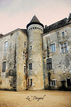 Chateau in Le Perigord Beautiful Castles, Beautiful Buildings, Beautiful Places, Aquitaine, The Places Youll Go, Places To See, Vila Medieval, Belle France, La Dordogne