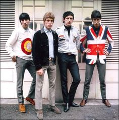 The mid Mod style was influenced by pop art which took everyday items out of their normal context and made them into something entirely stylistic. This was most vibrantly expressed by The Who with their symbolic use of arrows, Union Jack jackets and Swinging London, Union Jack, Estilo Mod, Beatles, Vintage Outfits, Vintage Fashion, Mod Scooter, Sixties Fashion, British Invasion