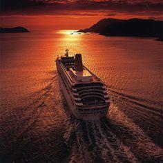 The P&O Oriana sailing into the sunset. What is your favourite P&O ship? #pocruises #oriana #sunset