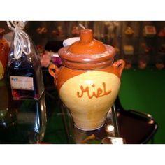 Te proponemos una orza de ceramica decorativa con asitas, y capacidad de 250 gr de miel Mil Flores, romero o azahar, (a elegir variedad de miel).