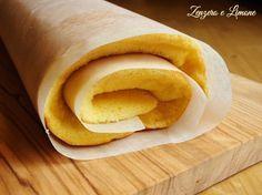 La pasta biscotto è una soffice base usata per preparare dolci arrotolati e farciti con creme o marmellate. Cuoce in forno in pochi minuti.