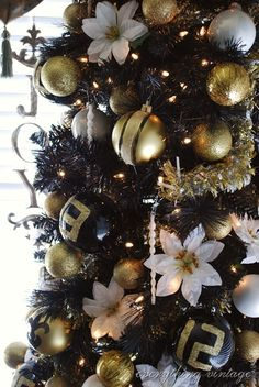 3 Magical Christmas Home Décor Trends for 2012 Black Christmas Trees, Gold Christmas Decorations, Beautiful Christmas Trees, Christmas Tree Themes, Magical Christmas, Elegant Christmas, Thanksgiving Decorations, Christmas Home, Xmas Tree