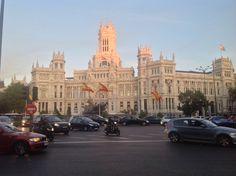 Plaza de Cibeles: Vista de la plaza de Cibeles, con la fuente homónima en primer término y el Palacio de Comunicaciones detrás de la misma, actual sede del Ayuntamiento de Madrid.